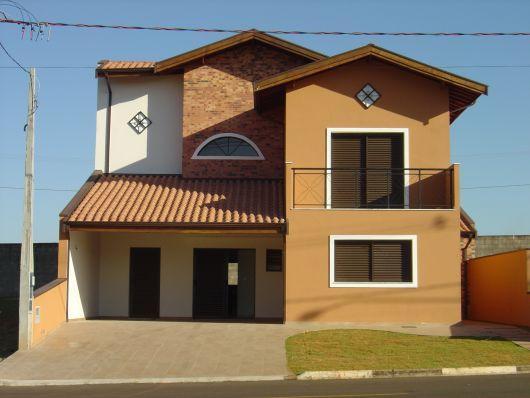 casa-marrom-telhado-aparente-estilo
