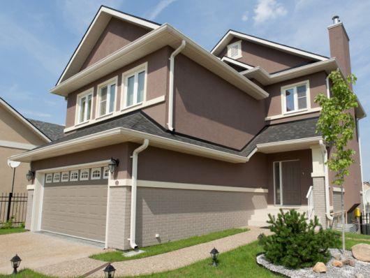 casa-marrom-telhado-aparente
