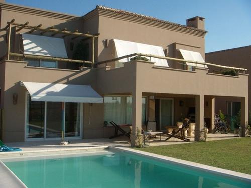 casa-marrom-telhado-embutido-piscina