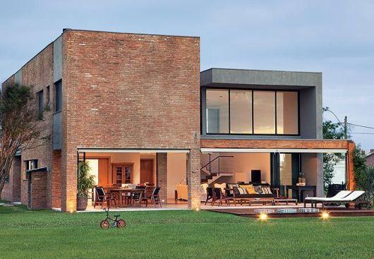 casa-marrom-telhado-embutido