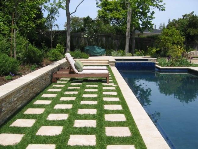 Jardim com piscina e congregrama