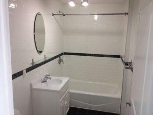 banheiro branco com azulejo de metrô
