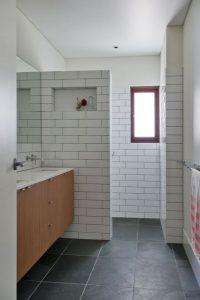 banheiro com azulejo de metrô e rejunte escuro