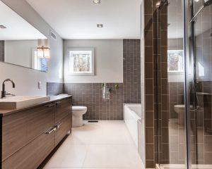 banheiro marrom com azulejo de metrô
