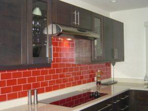 cozinha vermelha com azulejo de metrô