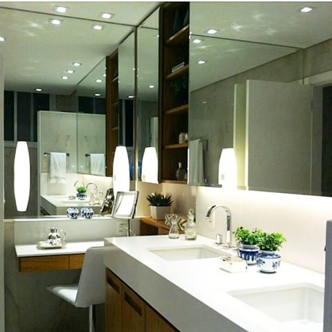 banheiro com espelhos