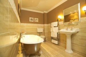 banheiro marrom e bege