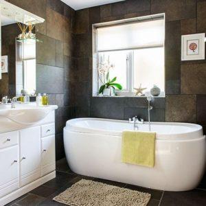 banheiro marrom com branco