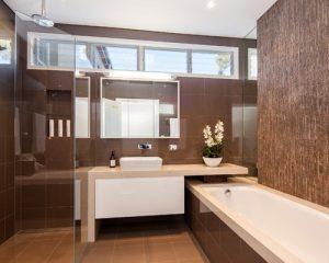 banheiro marrom com banheira