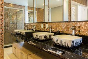 banheiro marrom com pia decorada