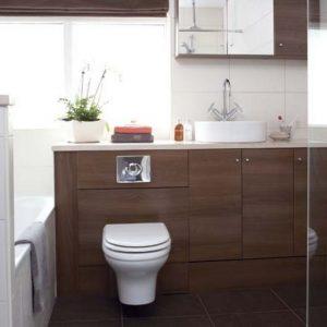banheiro marrom com louça branca