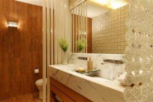 banheiro marrom com porcelanato madeira