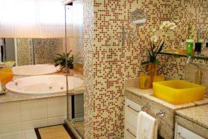 banheiro marrom com parede de pastilha