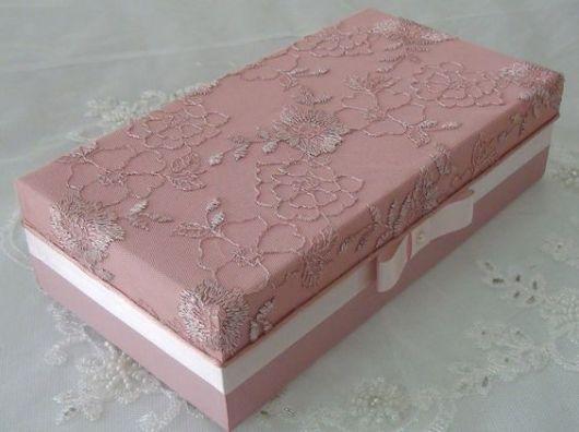 caixa rosa com renda