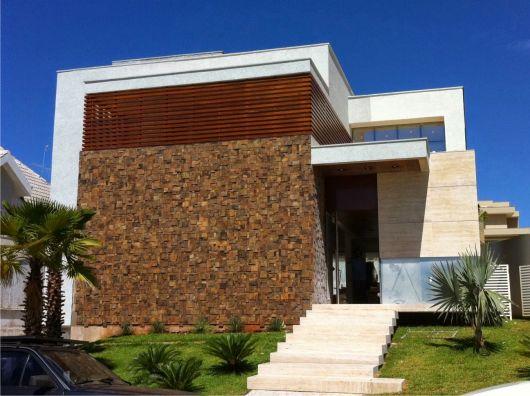 casa-marrom-com-pedra-ferro