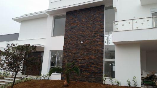 casa-marrom-de-pedra-ferro-fachada
