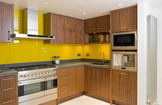 cozinha-marrom-e-amarela-balcao