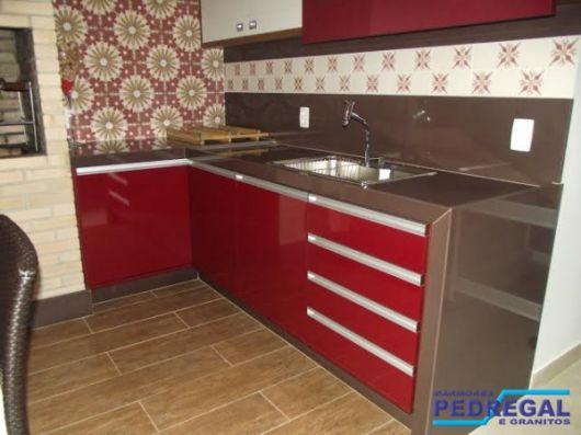 cozinha-marrom-e-vermelho-balcao