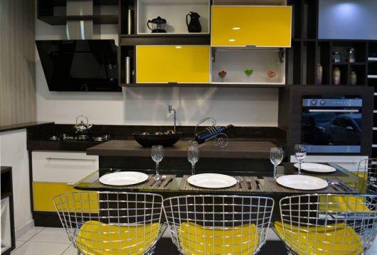 cozinha-marrom-escuro-e-amarela-projeto