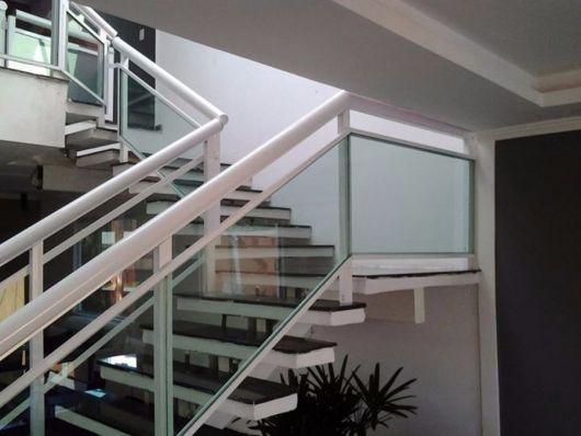 guarda-corpo-de-aluminio-branco-na-escada-1