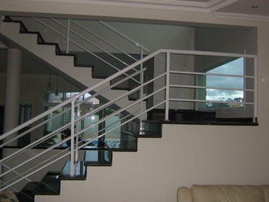guarda-corpo-de-aluminio-branco-na-escada-2