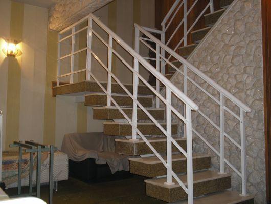 guarda-corpo-de-aluminio-branco-na-escada-3
