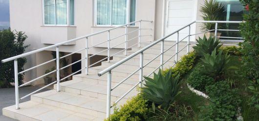 guarda-corpo-de-aluminio-branco-na-escada-5
