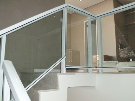guarda-corpo-de-aluminio-branco-na-escada