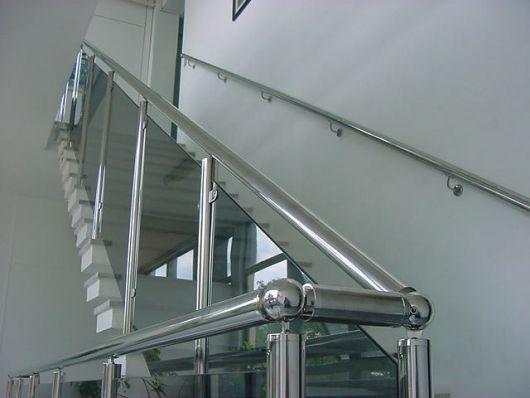 guarda-corpo-de-aluminio-quadrado-na-escada-2