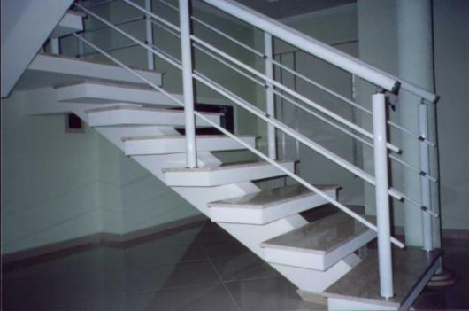 guarda-corpo-de-aluminio-quadrado-na-escada-tubular
