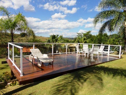 Resultado de imagem para terraco com deck de madeira e guarda corpo aluminio branco com vidro