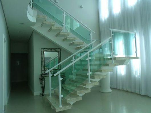 escada com vidro verde e alumínio