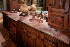 granito e mármore rosa em bancada de banheiro