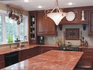 granito e mármore rosa em bancada de cozinha