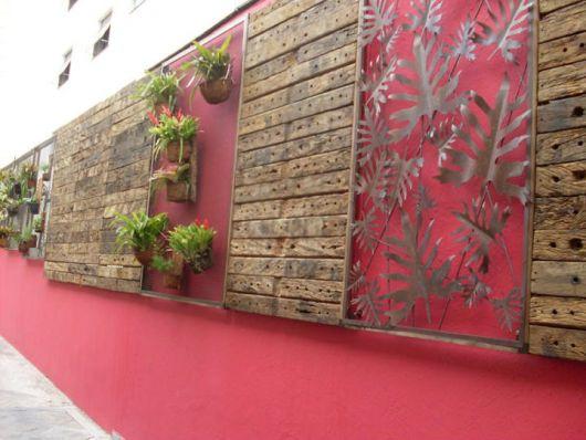 muro-vermelho-com-madeira