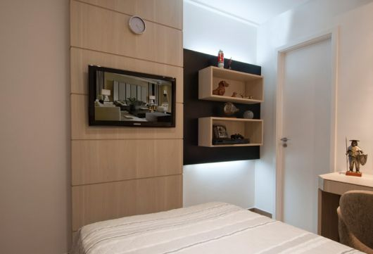 painel-de-tv-quarto-casal-de-madeira