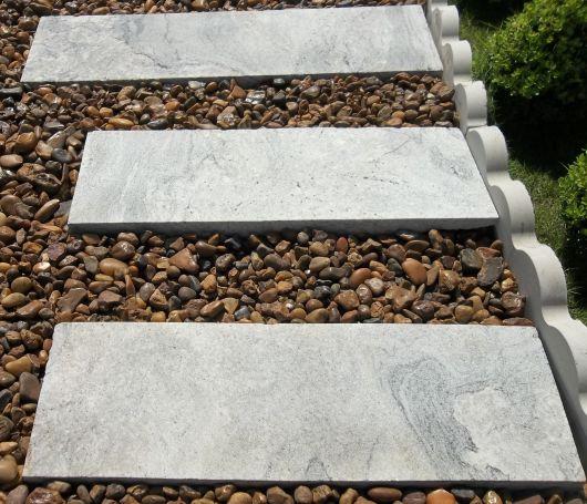 pisantes-para-jardim-feitos-com-pedras-granito-branco