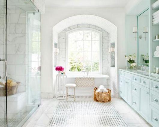 piso-branco-banheiro-pastilhas