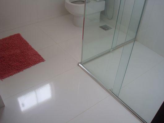 piso-branco-porcelanato-banheiro-1
