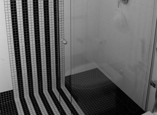 piso-preto-pastilhas