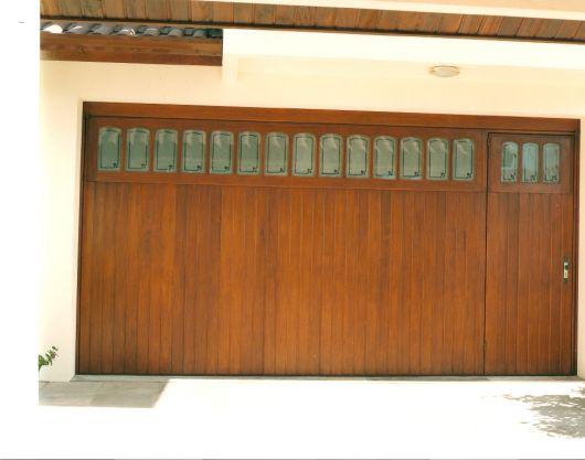 portao-de-madeira-com-vidro-2
