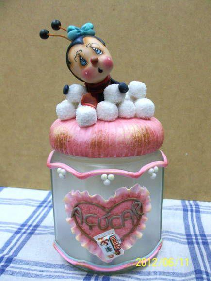 A decoração em rosa deixa o pote delicado