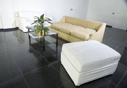 sala-com-piso-preto-porcelanato