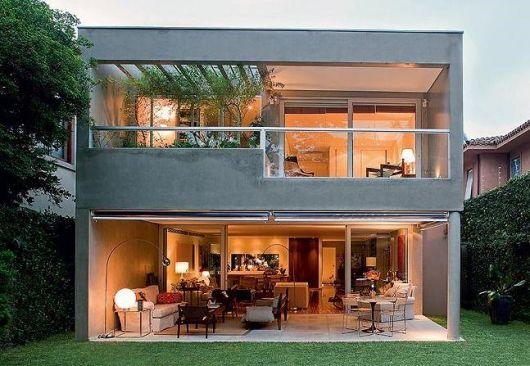 sobrado-cinza-com-madeira-concreto-aparente