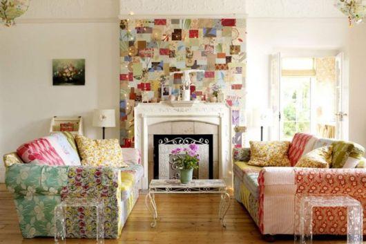 Os sofás combinam com a parede de retalhos
