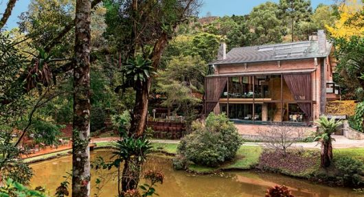 casas-na-floresta-luxo-e-moderna