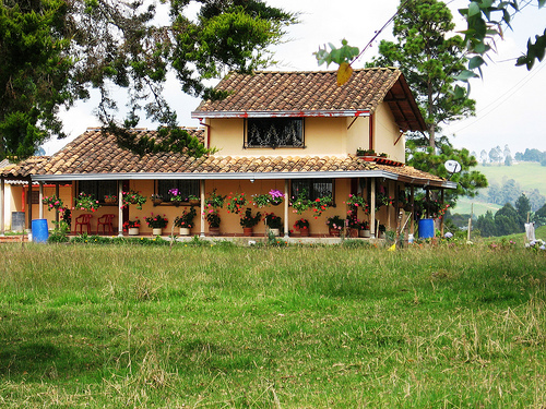 Casas na ro a rurais 40 projetos simples lindos e for Fachadas casas de campo campestres