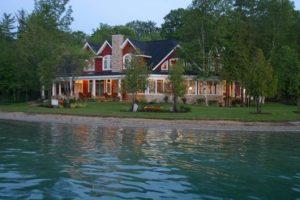 casas no lago com teto em V