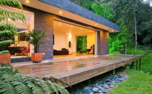 Casas no lago com parede de vidro