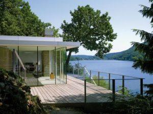 Casas no lago com janelas de vidro